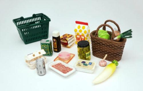 スーパーで毎日のように購入が必要なさまざまな食料品の模型