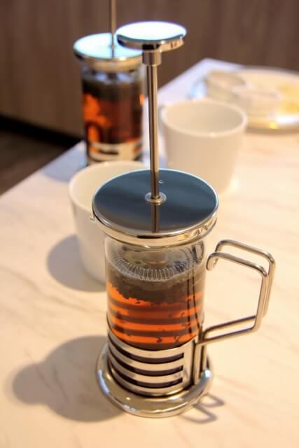 紅茶を抽出している