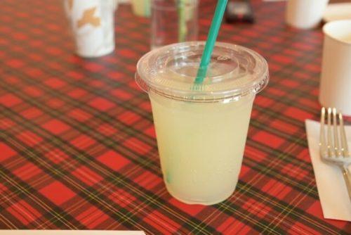 レモネードの入ったカップが机の上にある
