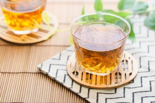 自宅で作った麦茶のグラスが2つある