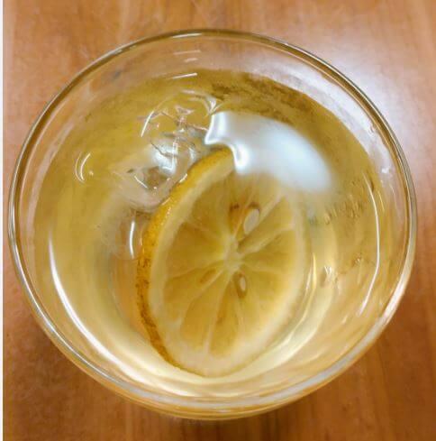 もへじのレモンの蜂蜜漬けで作ったレモネードの入ったグラス