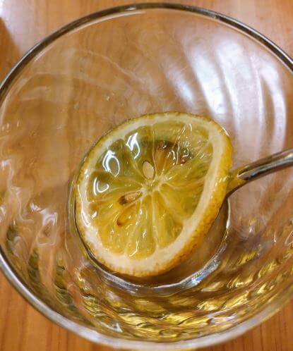 グラスに入れたもへじのレモンの蜂蜜漬け
