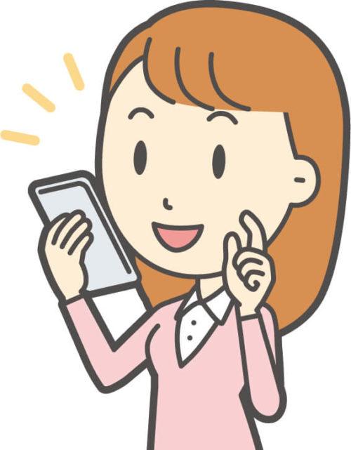 スマホを使っておみやげWi-Fiで遠くに住む友におみやげを買っている女性