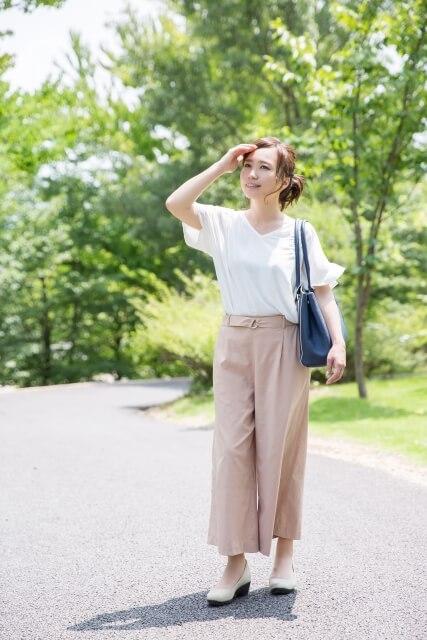 バッグを肩からさげて散歩中の女性