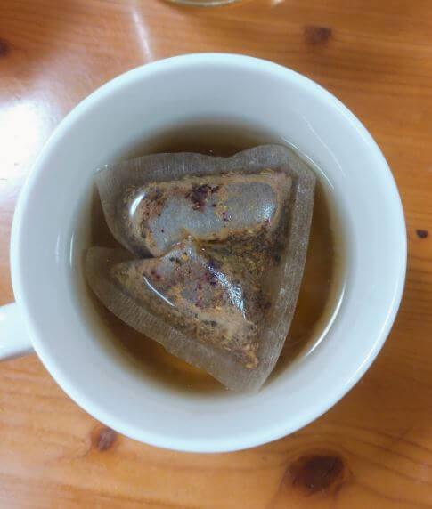 セレッシャルの「シナモンアップルスパイスティー」をティーバッグが入ったカップにお湯を注いだ様子