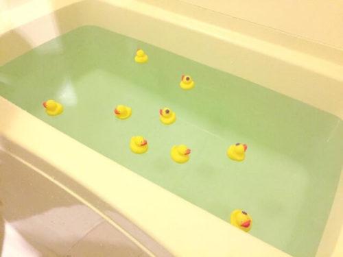 ひよこのフィギュアがたくさんあるお風呂