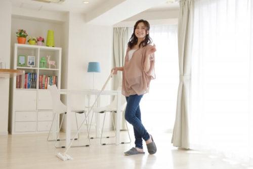 「audiobook.jp」を聴きながら掃除をする女の人