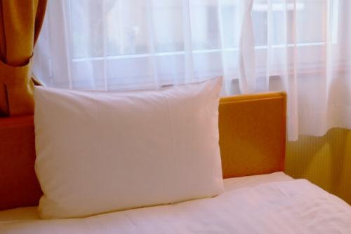 ベッドと窓