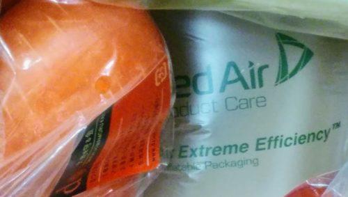 「にんじん」の下に敷かれた空気の入った袋
