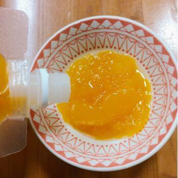 カラマンダリンのちゅうちゅうゼリーを小皿に入れている