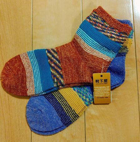 Tabioで買った靴下が2足おいてある