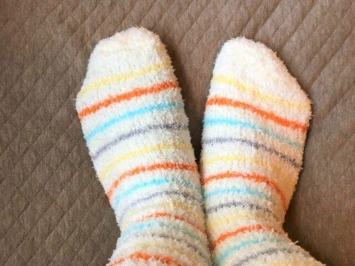 温かい靴下を履いた女性の足