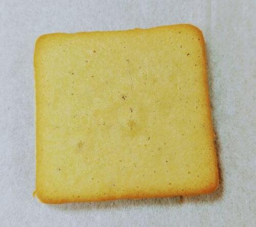 メープルバタークッキーをティッシュの上に置いている