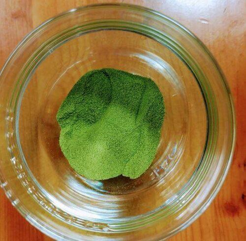 グラスに入っているグリーンティーの粉末